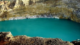1352300052_kelimuturu-3coloured-lake-in-indonesia-17