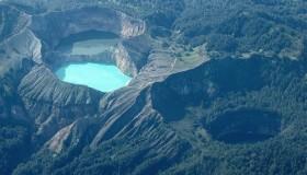 1352300054_kelimuturu-3coloured-lake-in-indonesia-0