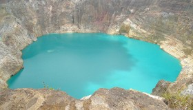 1352300068_kelimuturu-3coloured-lake-in-indonesia-3