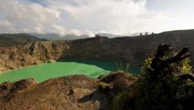 1352300094_kelimuturu-3coloured-lake-in-indonesia-9
